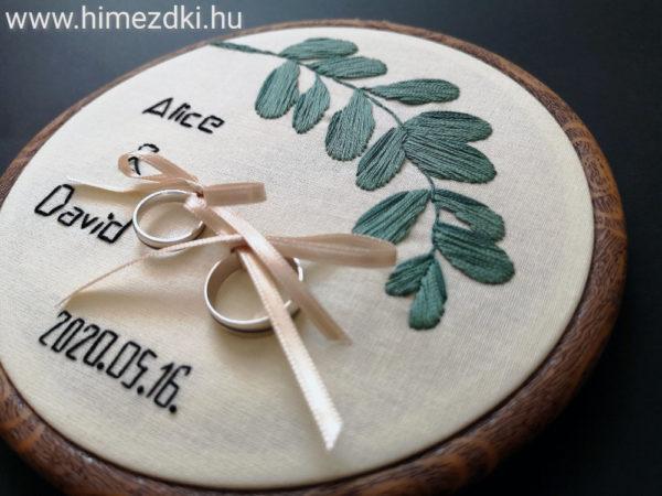 hímezdki-műhely-hímzettgyűrűtartó-gyűrűpárna-nászajándék-hímzett-hímzetttermék-esküvőre-ajándék-gyűrű